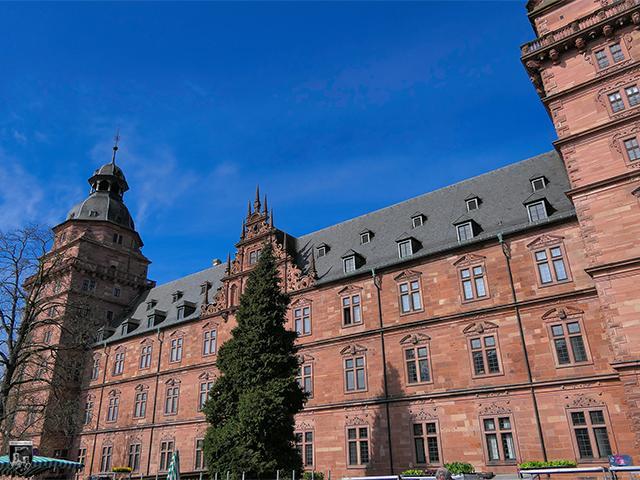 Schloss Johannisburg - Sicht vom Platz auf das Schloss. Vor der Tür findet oft ein Markt statt.