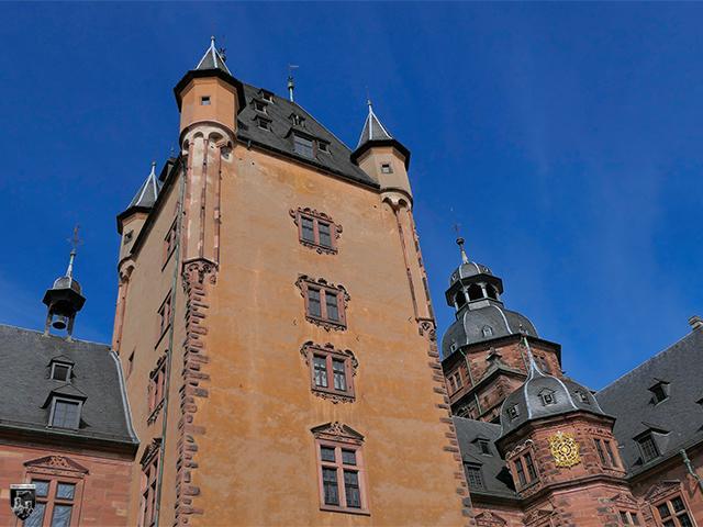 Schloss Johannisburg - Der mächtige Bergfried ist kleiner als die Ecktürme.