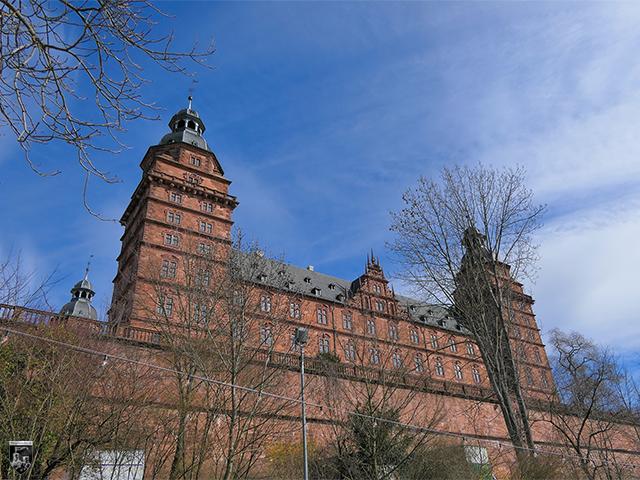 Schloss Johannisburg - Der Mainflügel lässt eine strenge Symmetrie erkennen.