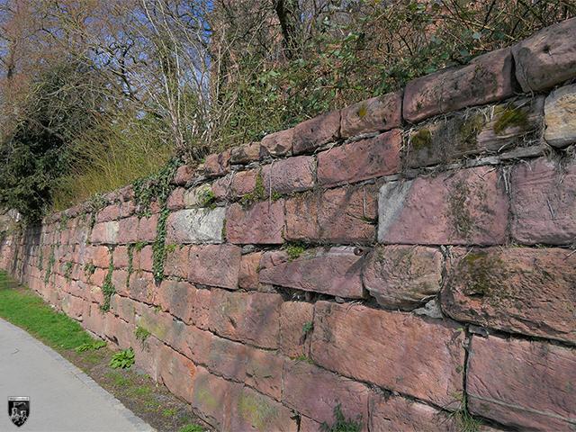 Schloss Johannisburg - Am Mainufer weisen zahlreiche Steine Zangenlöcher auf.