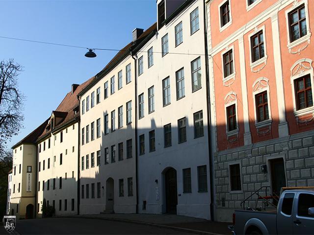Burg Wasserburg - Alle Gebäude der Vorburg lehnen an der Ringmauer an. Zwischen Ihnen findet sich ein großer Hof.