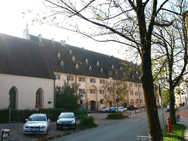 Burg Wasserburg - Der mächtige Herzogliche Getreidehof gehört noch heute zu den eindrucksvollsten Gebäuden, die sich erhalten haben.