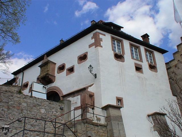 Schloss Eberstein - Ein mächtiges Vorwerk schützt den alten Eingang.