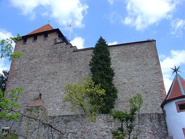 Schloss Eberstein - Eine mächtige Schildmauer schützt die Kernburg vor einschlagenden Geschossen.