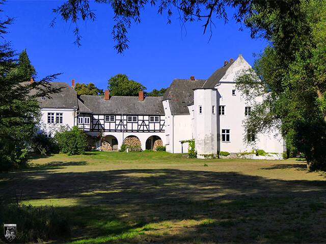 Burg Klevenow - Die Burg hebt sich rechts im Bild als festes Haus deutlich ab. Daneben steht der Arkadenbau.