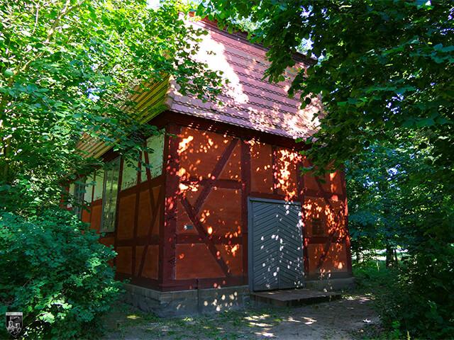 Burg Klevenow - Die Kapelle liegt etwas versteckt am Rand des Parks.