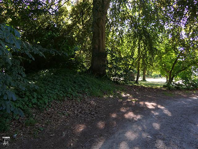 Burg Klevenow - Überall auf dem Grundstück lassen sich Wallanlagen erkennen wie hier am Wegesrand.