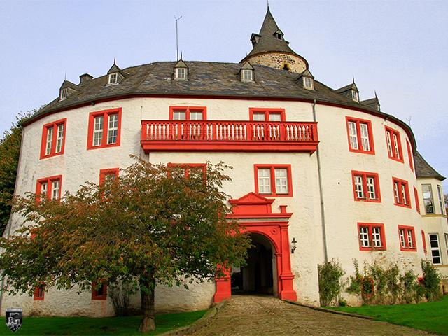 Schloss Oelber - Der Eingang zur kreisrunden Kernburg weist noch am Portal Reste einer Zugbrücke auf.
