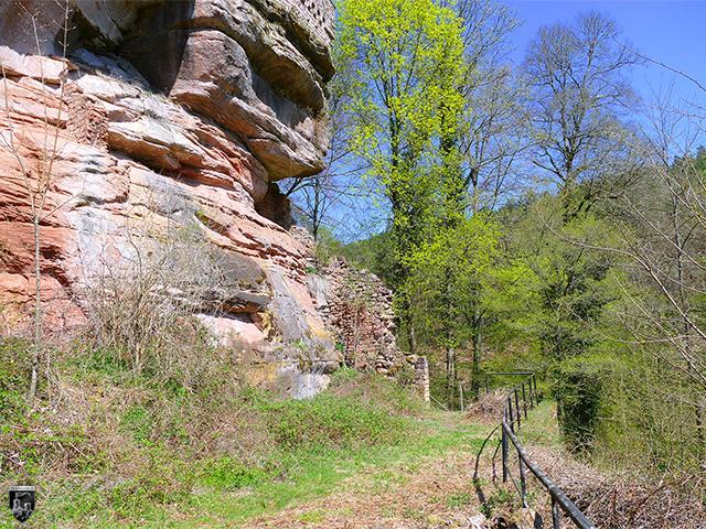 Burg Diemerstein - An einigen Stellen lassen sich noch Mauerreste in der Unterburg finden.