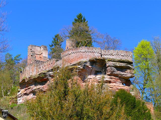 Burg Diemerstein - Die mächtige Oberburg dominiert das Tal.