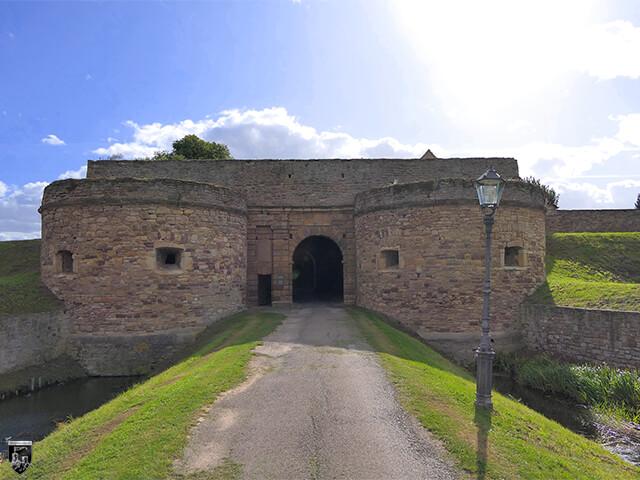 Festung Heldrungen - Das niedrige Tor wird gut durch zwei Rondelle geschützt. Eine kleine Mannpforte diente an der Seite als Durchlass für einzelne Personen.