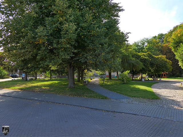 Wasserburg Niederroßla - An der Stelle der Vorburg erstreckt sich heute ein kleiner Platz.