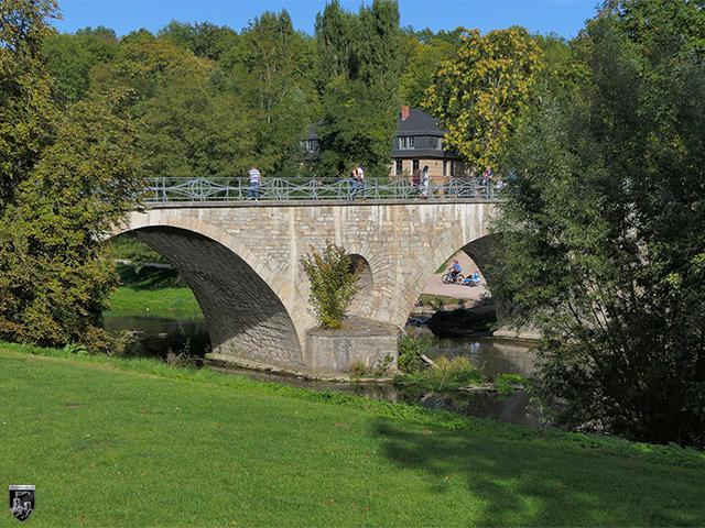 Der Fluss Ilm fließt noch heute direkt neben dem Schloss entlang. Er speiste einst die Wassergräben der Burg.