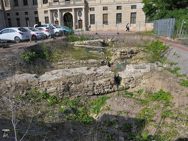 Archäologisch untersuchte Grundmauern vor dem Schloss Weimar sind letzte Zeugen der alten Burg.