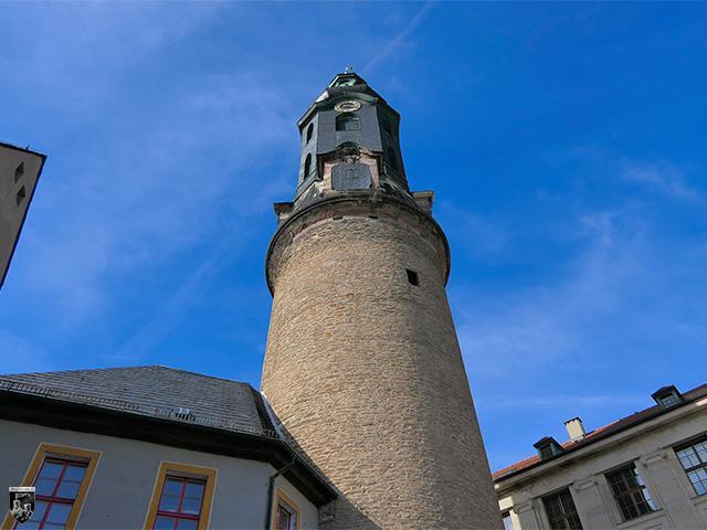 Der mächtige Schlossturm ist heute Wahrzeichen der Stadt und überragt Schloss Weimar bei weitem.