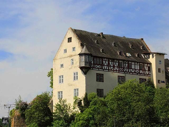 download 640x480 file burg in burghausen in der dammerung jpg wikimedia commons
