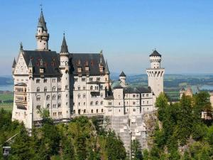 Schloss Neuschwanstein von der berühmten Brücke aus.
